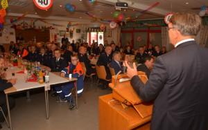 Bürgermeister Rainer Voß (re.) bedankte sich in seiner Rede für die Pioniere der Jugendfeuerwehr und wünschte den Jungen und Mädchen alles Gute zum 40-jährigen Jubiläum