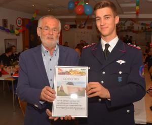 Der stellvertretende Vorsitzende des Förderverein der Feuerwehr Ratzeburg Heinz Suhr übergab Jugendgruppenleiter Lorenz Laue ein Gutschein für ein neues Mannschaftszelt